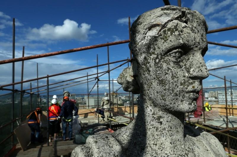 В Москве началась реставрация скульптур на доме у Калужской заставы