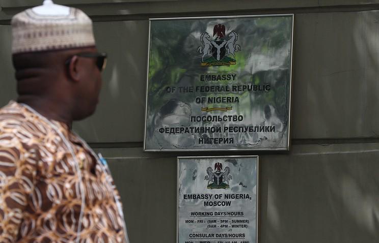 Около 80 нигерийцев собрались у посольства в Москве и требуют отправки домой
