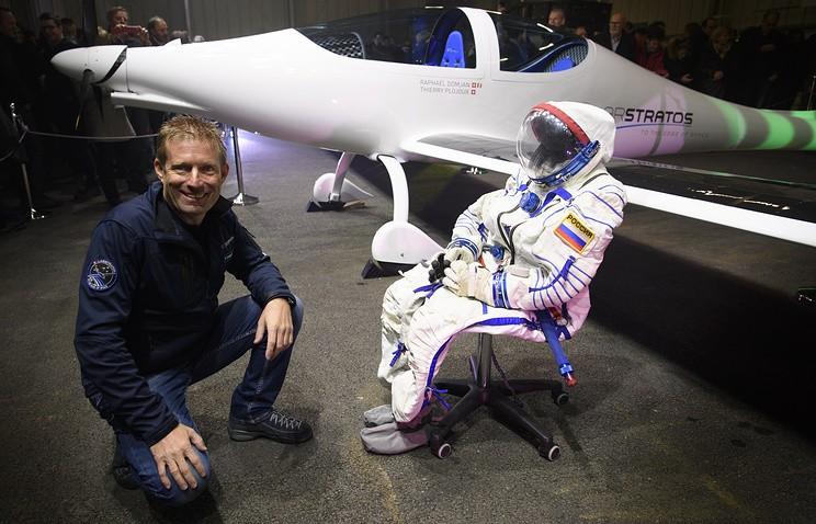 Швейцарский пилот в российском скафандре чуть не отморозил ногу из-за селфи-палки