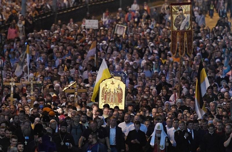 Около 100 тыс. человек прошли крестным ходом к Ганиной яме в память о царской семье