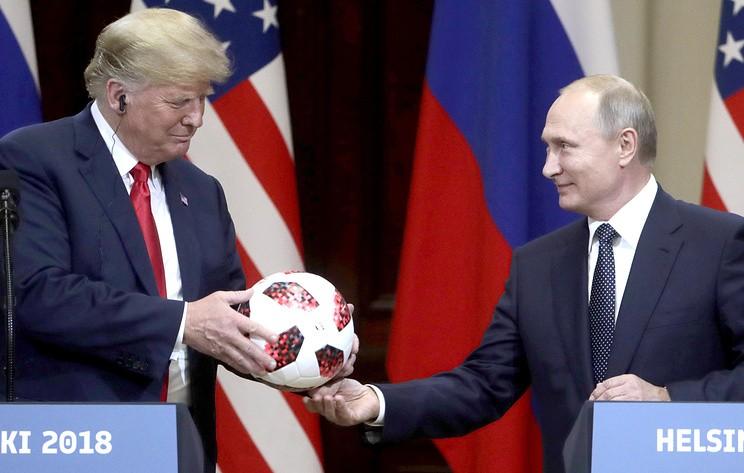 Bloomberg: в подаренном Путиным Трампу мяче обнаружили чип