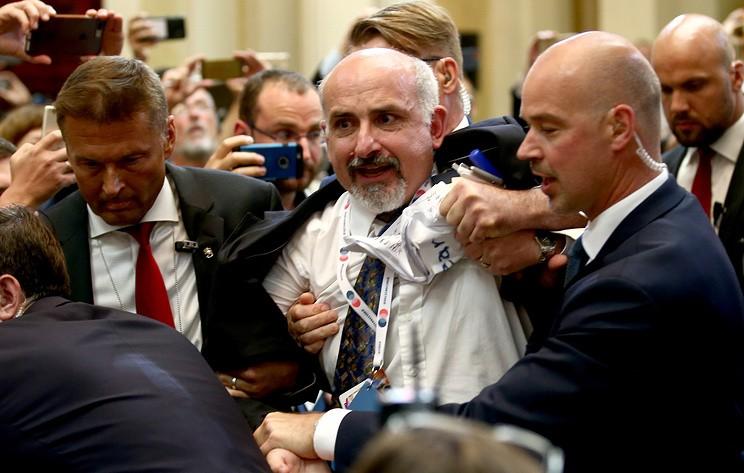 Одного из журналистов силой вывели с пресс-конференции Путина и Трампа