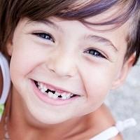 Дети радуются, когда у них выпадает первый молочный зуб