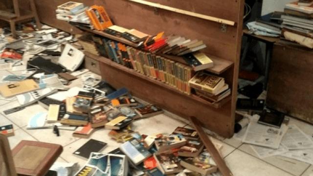 Фото: художник с топором разгромил книжный в Петербурге