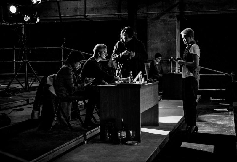 Искусство, бетон и секс-роботы: Богомолов репетирует «iPhuck 10» Пелевина в Москве-Сити