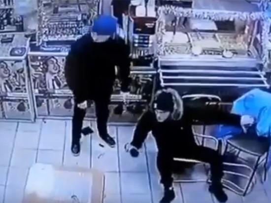 Избиение пошутивших над ветераном Чеченской юношей попало на видео