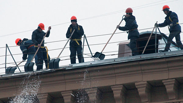 В Самаре сорвался с крыши и погиб рабочий, чистивший снег