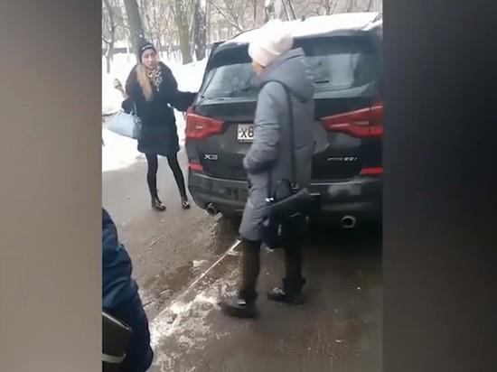 """""""Пошли вы!"""": в Москве пристав припарковалась в толпу"""