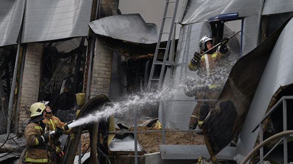 В Кизляре предприниматели выносят уцелевший товар из сгоревших ТЦ