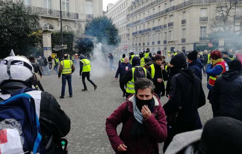 В Париже полиция начала применять слезоточивый газ против манифестантов
