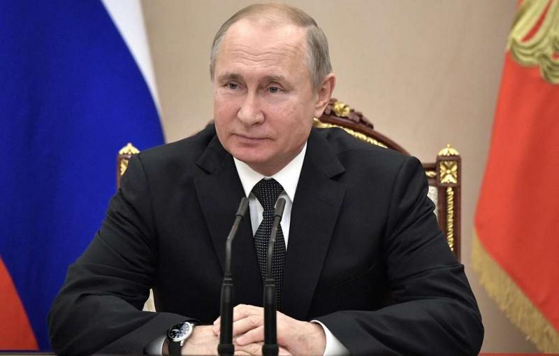 Путин поздравил россиянок с Международным женским днем