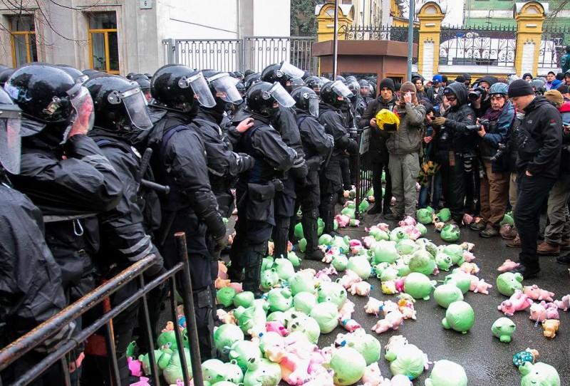 Националисты забросали центр Киева игрушечными свиньями, требуя искоренить коррупцию