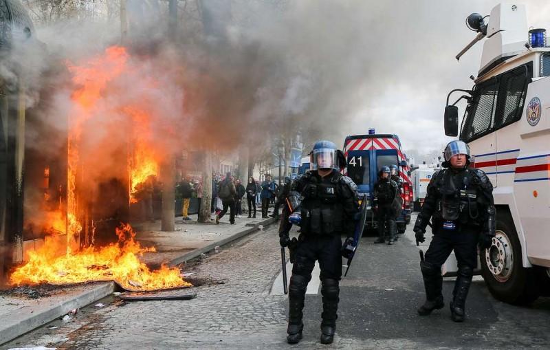 СМИ: около 200 человек поместили под стражу после субботних беспорядков в Париже