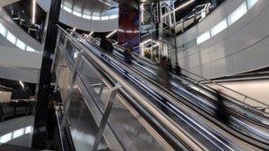 Вам на какой? Как и почему меняют лифты в московских домах