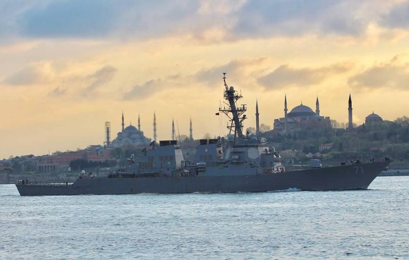 Силы Черноморского флота организовали слежение за вошедшим в море эсминцем США