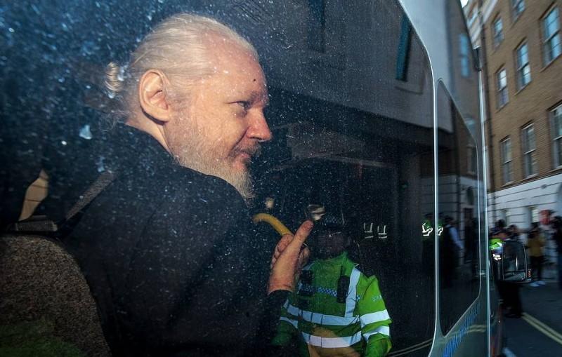 Guardian: главы МИД Британии давали гарантии президенту Эквадора не экстрадировать Ассанжа