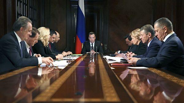 Медведев пожурил Мутко за использование аббревиатуры ДДУ