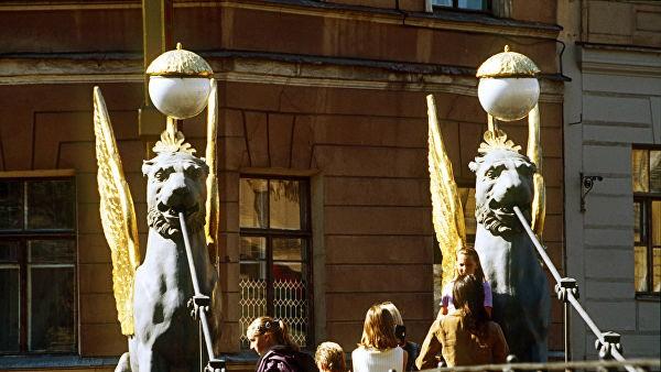 Скульптуры грифонов возвращаются на Банковский мост в Петербурге