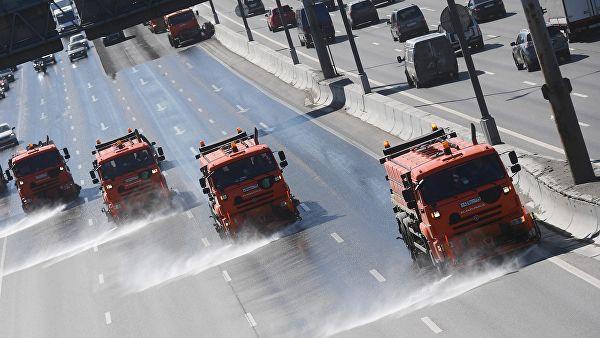 Московские дороги и зеленые насаждения усиленно поливают водой из-за жары