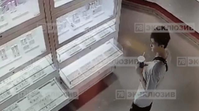 Воришки золотой подвески попали на камеры видеонаблюдения в Петербурге