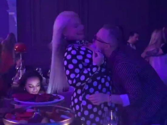 В сети появилось фото целующего грудь блондинке Константина Меладзе