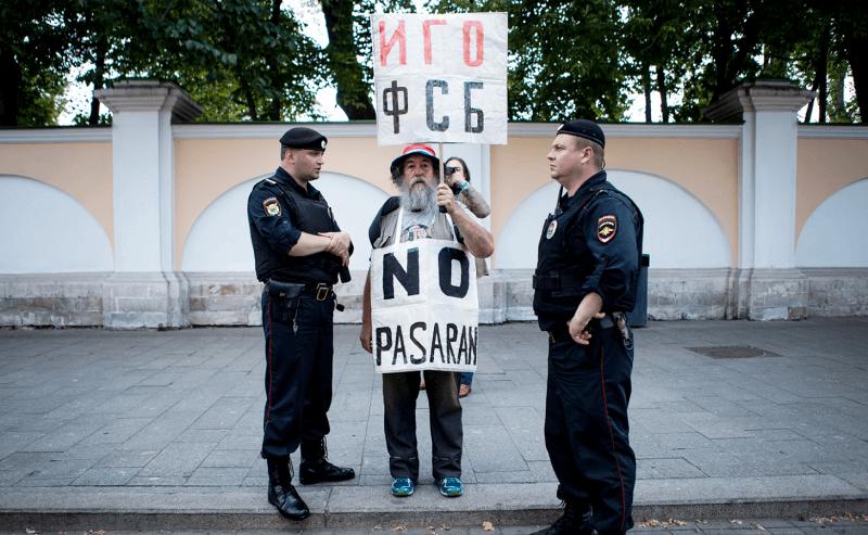 «Япришел, потому что мне страшно»: репортаж спикетов вподдержку Ивана Голунова