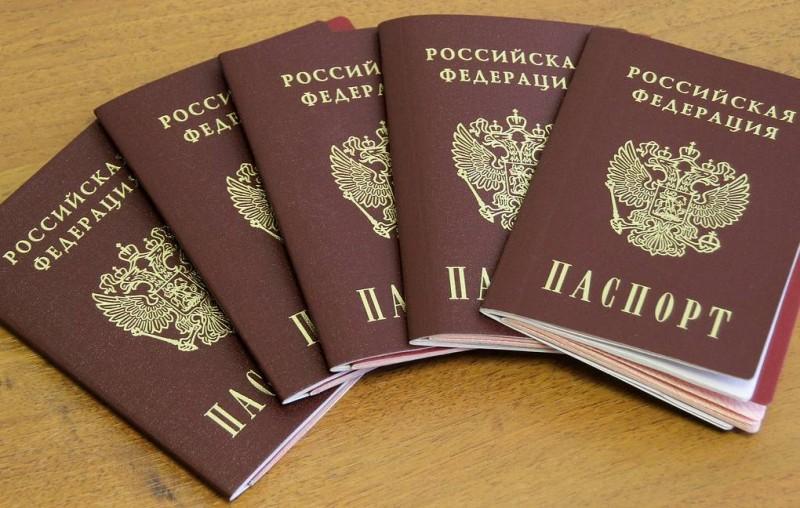 Группа бывших крымчан подала заявления на получение паспортов РФ по упрощенной схеме