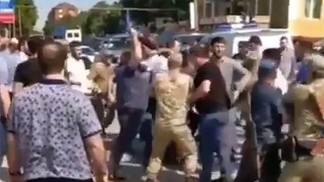 """Видео: участники """"стреляющей свадьбы"""" подрались с полицией в Дагестане"""