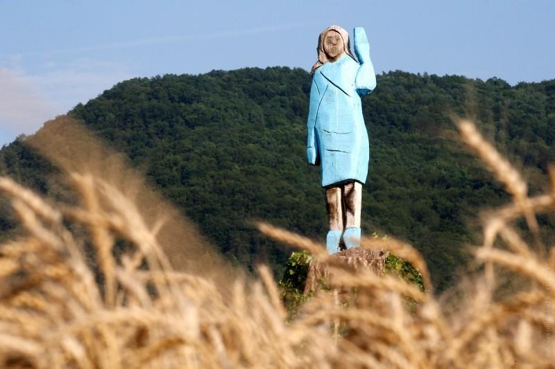 ВСловении установили статую Мелании Трамп. Она выполнена встиле, хм, наивного искусства