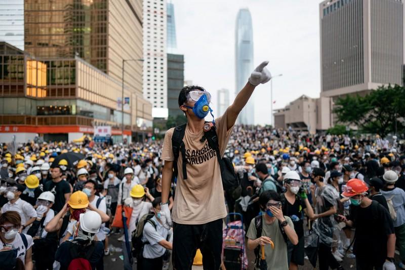 Многотысячные митинги иштурм парламента: что происходит вГонконге