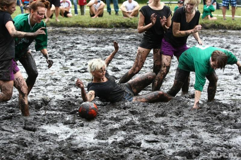 Смотрите, как наАвгустовском канале играли вболотный футбол иплавали «начем попало»