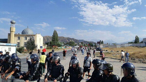 Около тысячи сторонников Атамбаева выдвинулись в Бишкек