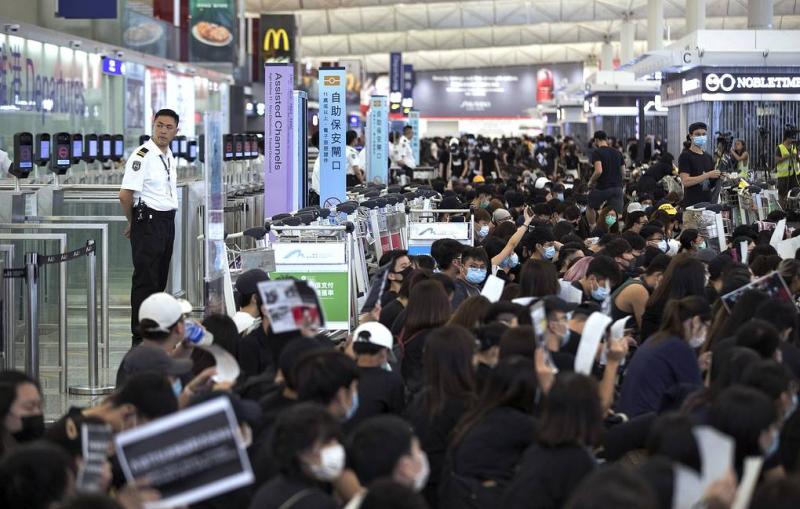 СМИ: аэропорт Гонконга получил судебный ордер, позволяющий выдворять демонстрантов