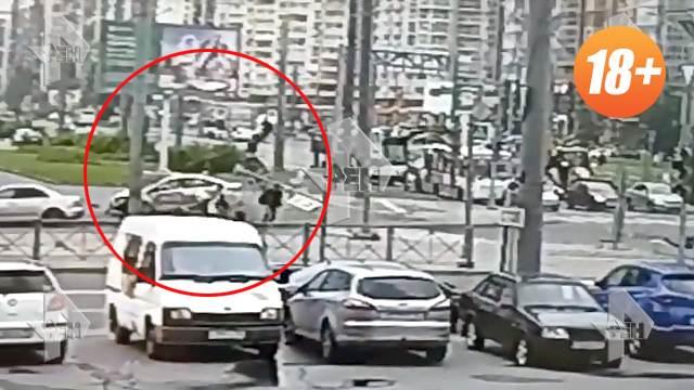 Камера сняла на видео наезд авто на пешеходов в Петербурге (18+)