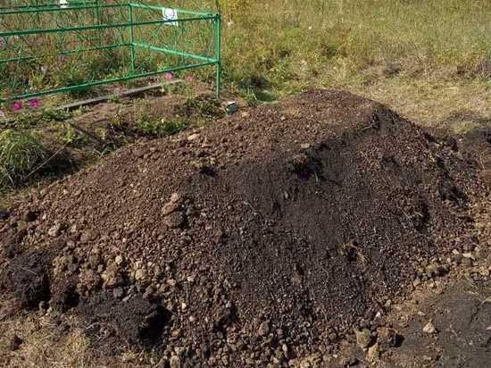 Подростка-убийцу семьи из пяти человек похоронили в отцовском селе