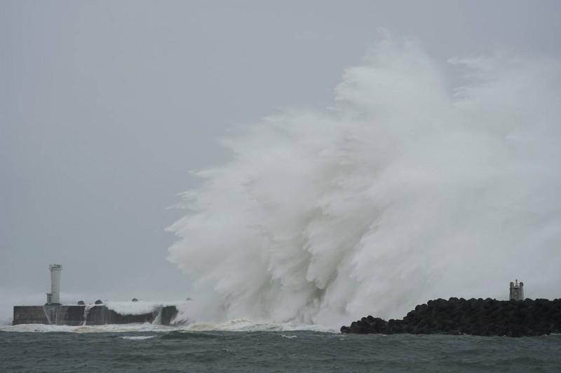 """В Японии объявили высшую степень угрозы в связи с тайфуном """"Хагибис"""""""