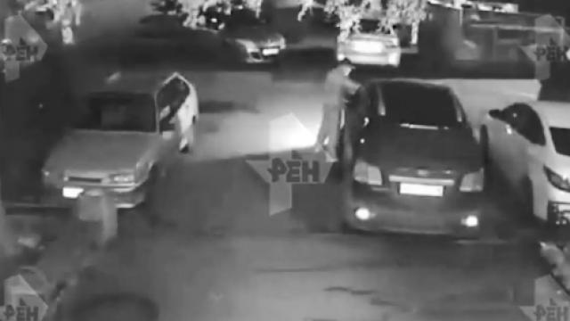 Камера сняла, как злоумышленник поджег авто в Петербурге