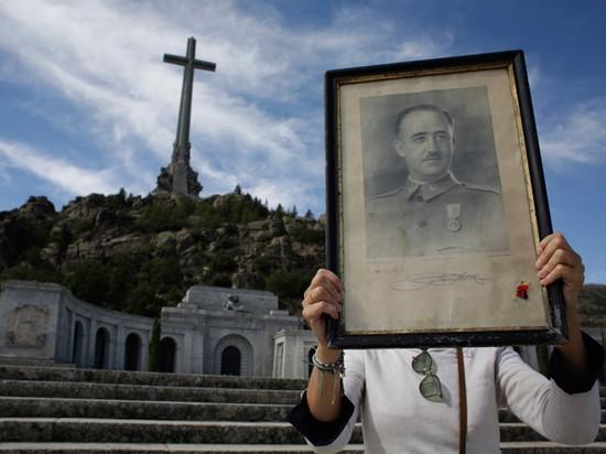 Эксгумация или «профанация»: зачем тело Франсиско Франко перенесли из мавзолея