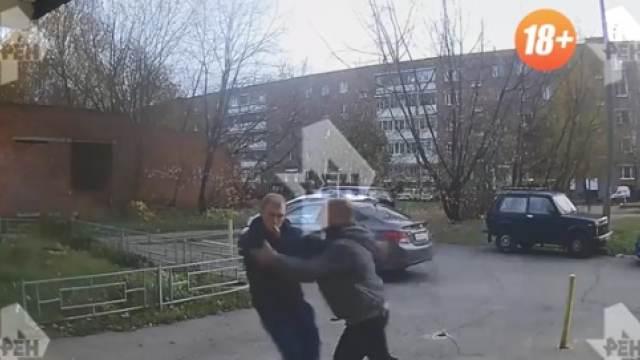 5 ударов ножом: видео нападения на мужчину у поста ДПС в Зеленограде