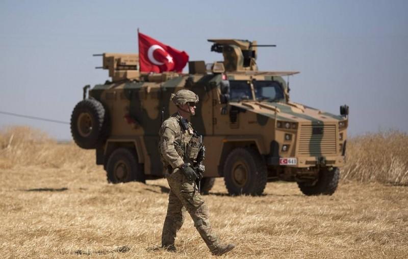 Bloomberg: Турция стягивает войска и технику к границе с Сирией