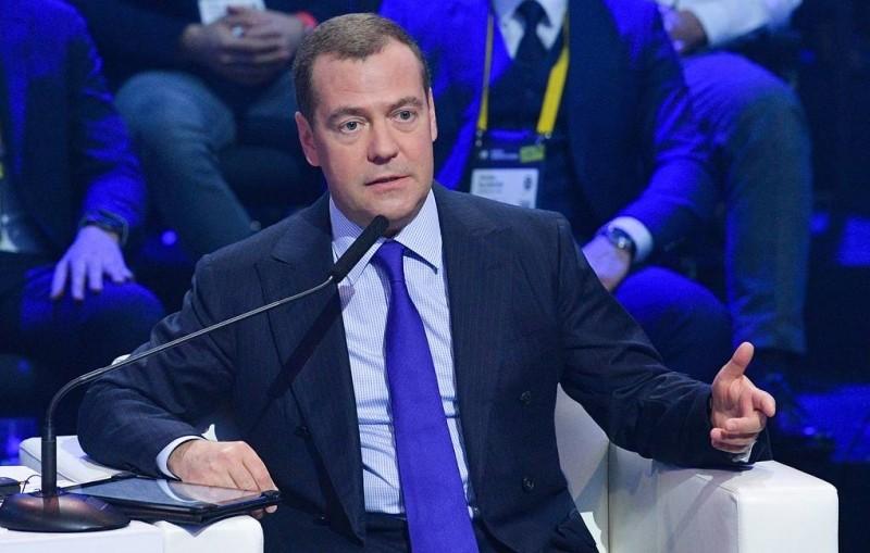 Медведев призвал готовиться к переквалификации работников из-за роботизации