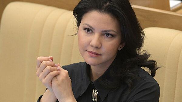 Российские дипломаты в Нью-Йорке проводят депутата Юмашеву на рейс домой