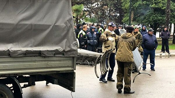Сторонники оппозиции остаются в здании администрации главы Абхазии
